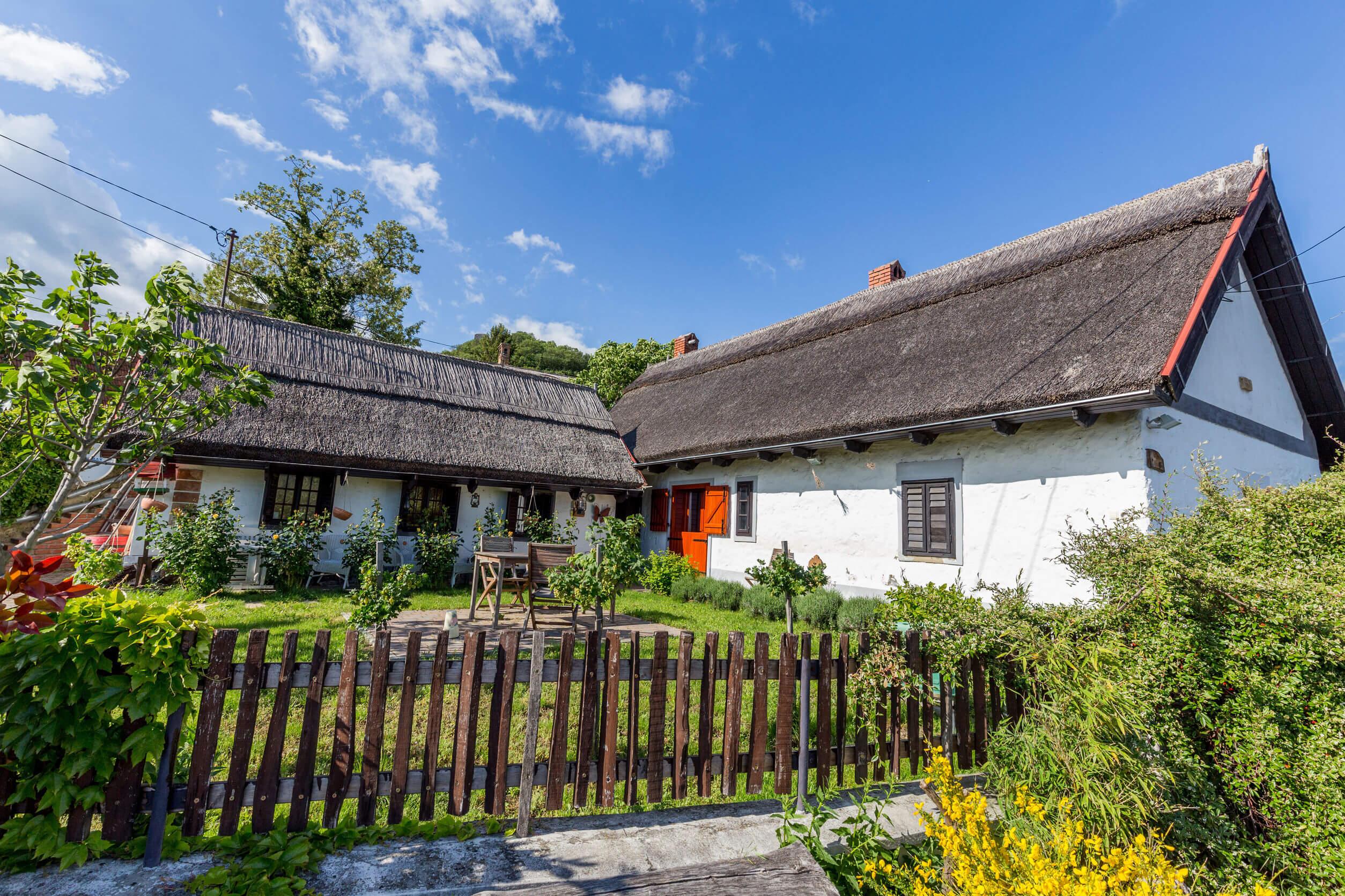Gyönyörű nádtetős házak a Balaton vonzáskörzetében