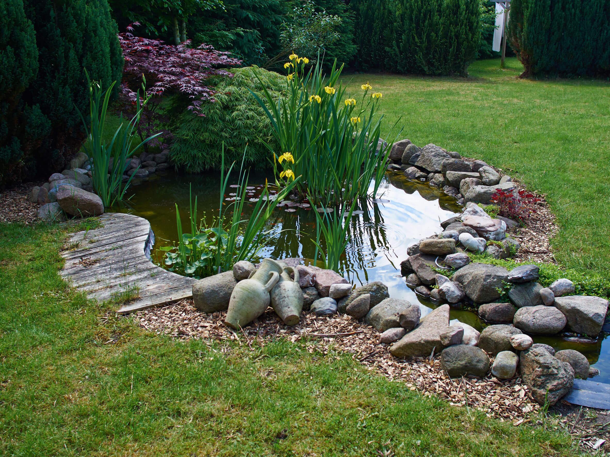 Pazar és hangulatos házak kerti tóval!