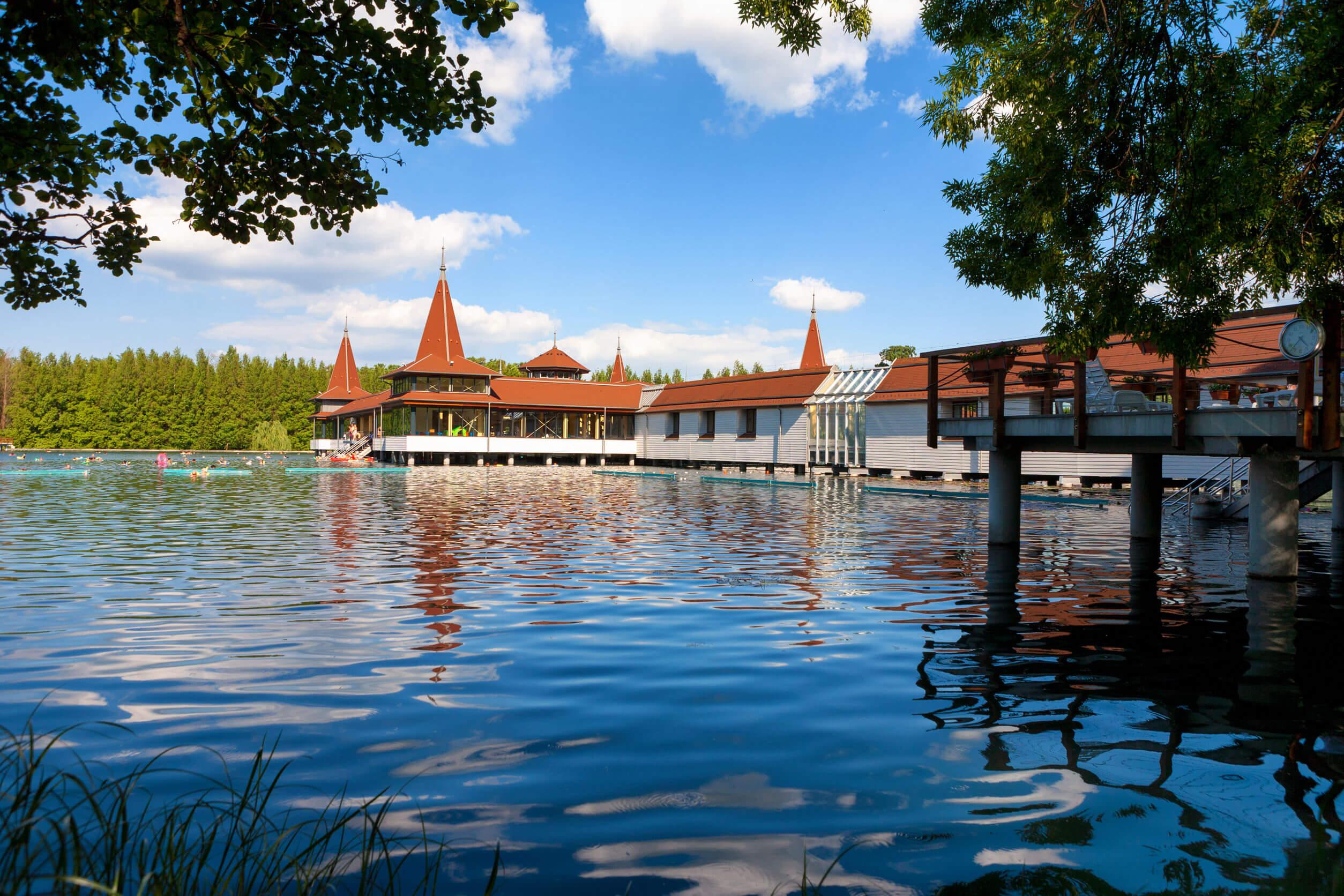 Balaton mellett: luxusházak a Hévízi tónál