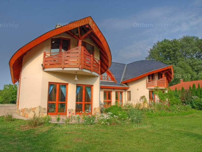 Makovecz ház Szadán, erdő mellett, patakparton