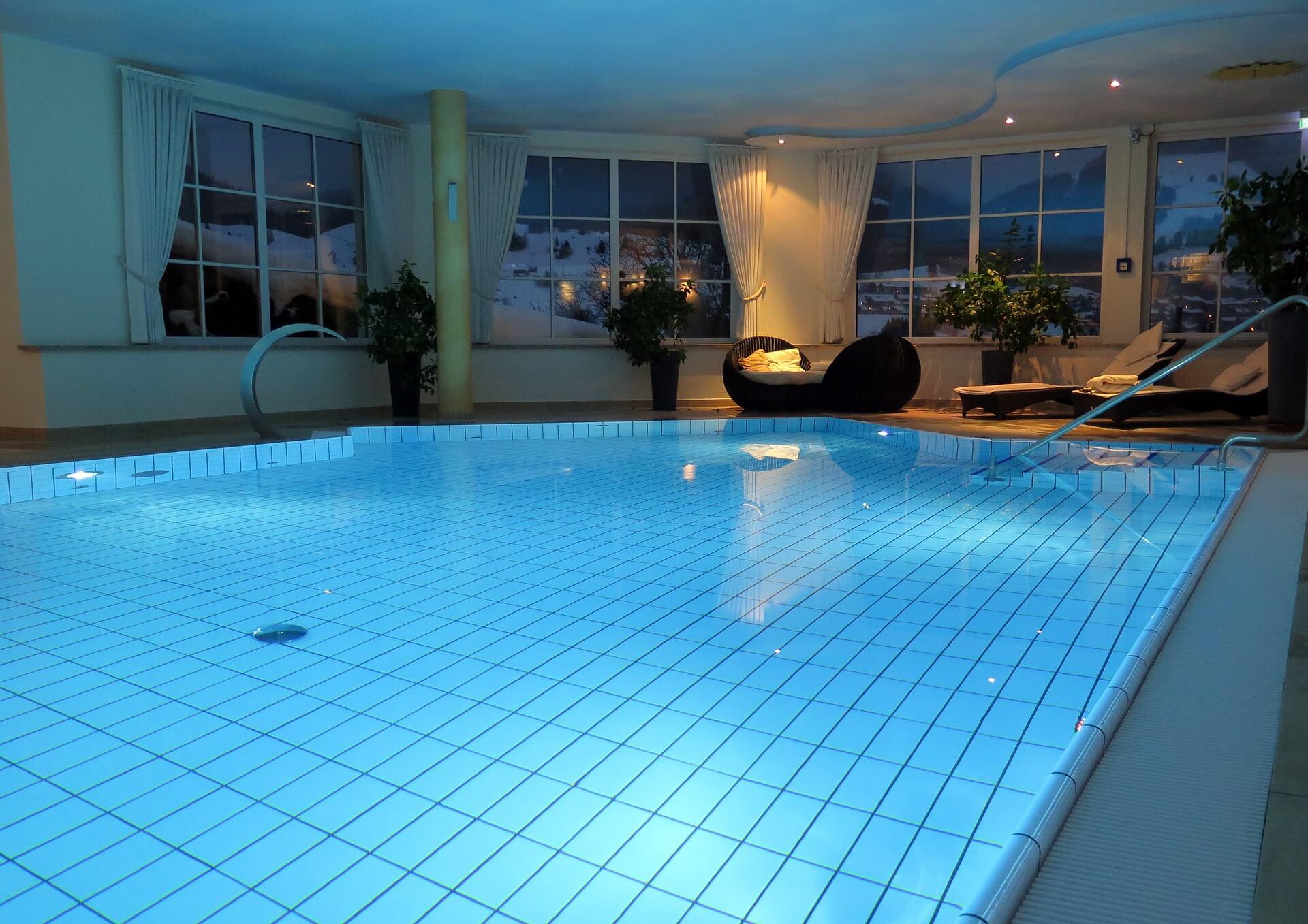 A gyönyörű, belső medencés házak ősszel is várnak!