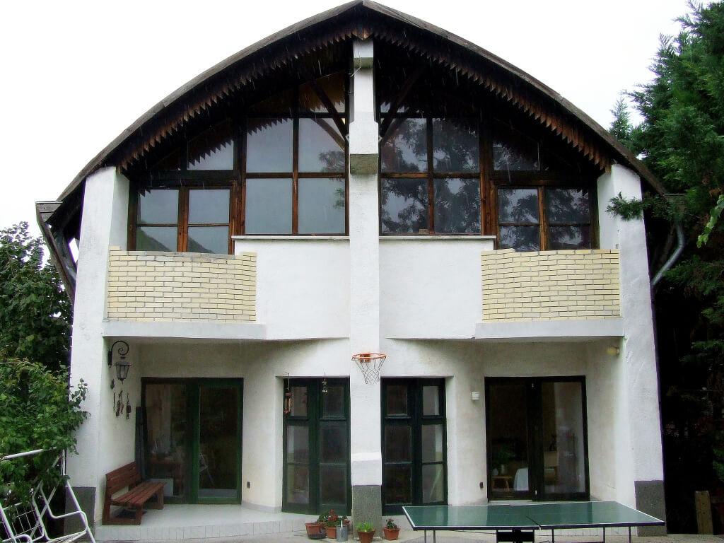 Kuriózum: Makovecz stílusú kétlakásos ház a pesti kertvárosban