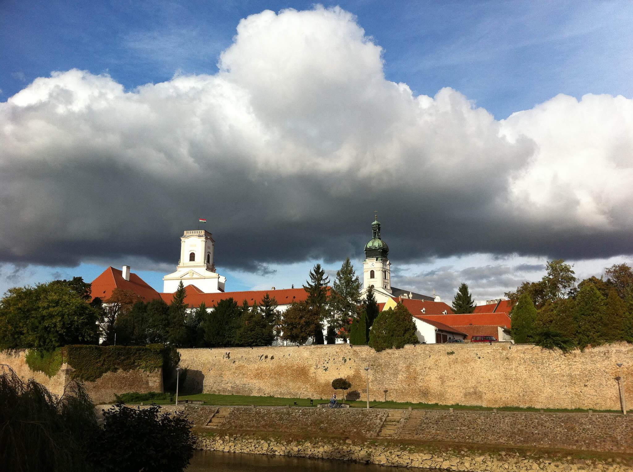 45-65 millió forint között kínálják a kétgenerációs családi házakat Győrben