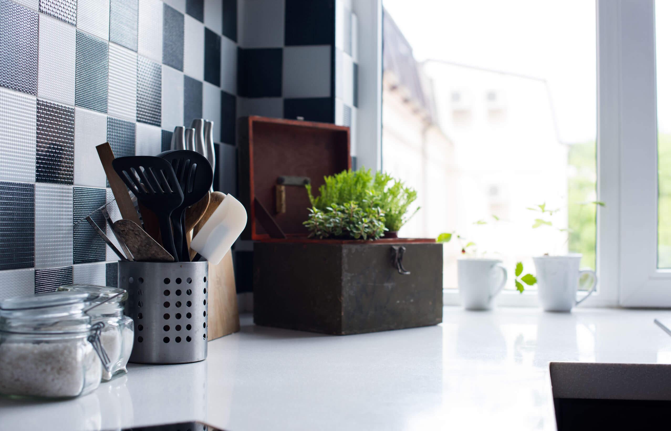 Szuper tárolók kis konyhákba, amikkel kiegészítheted a konyhaszekrényt